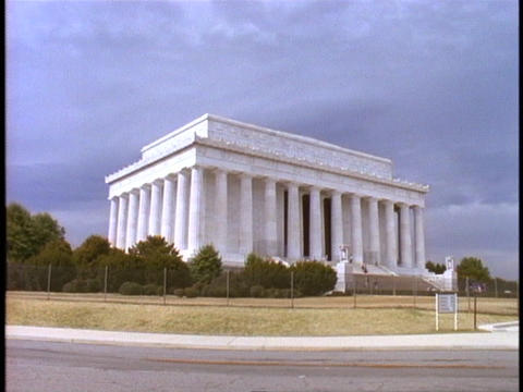 A large lawn leads up to the Lincoln Memorial Stock Video Footage