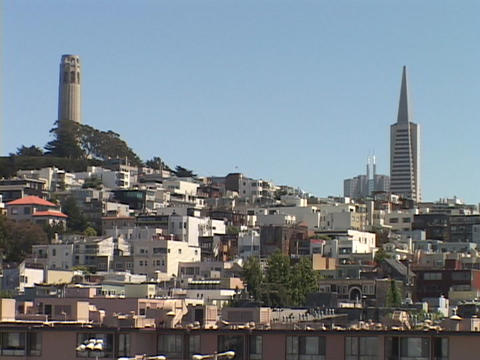 The TransAmerica tower rises above Nob Hill in San-Francisco Stock Video Footage