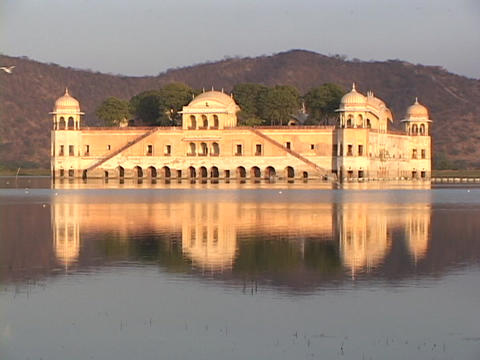 The old maharajah palace reflects in a lake in Rajasthan,... Stock Video Footage