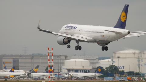 Airplane landing in Frankfurt Archivo