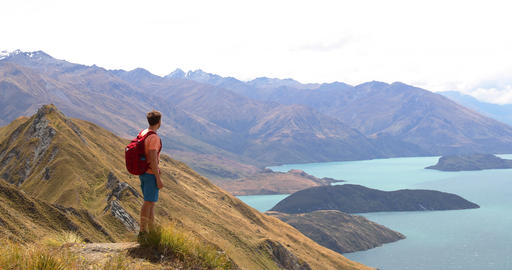 Travel Hiker Looking at View of Mountain Lakes on New Zealand Archivo
