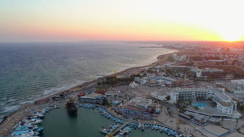 Aerial View of Pier in Summer Seaside City - Cinematic Sunset Archivo