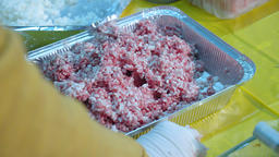 female hands mix minced meat ビデオ