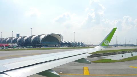 Airplanes in Suvarnabhumi airport GIF