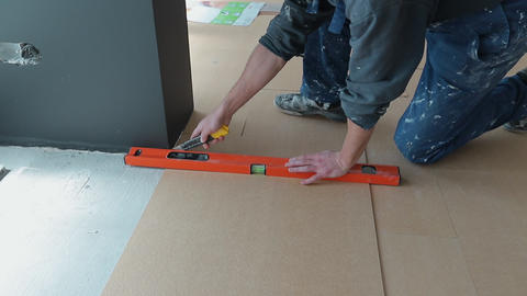Builder renovating apartment. Repair of the apartment, laying laminate flooring ビデオ