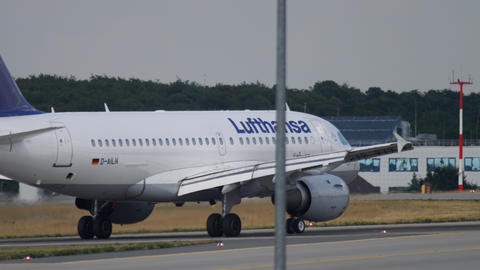 Lufthansa Airbus A319 taxiing ビデオ