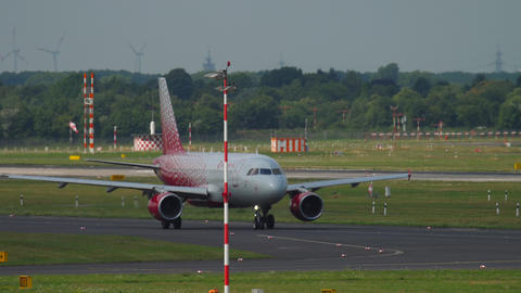 Airbus A319 Rossiya taxiing before departure ビデオ