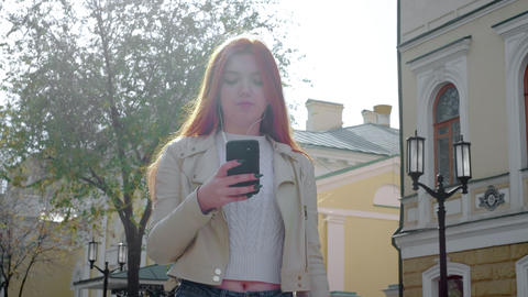 Beautiful red-haired fat girl dancing freely in the city. Feels a sense of joy Archivo