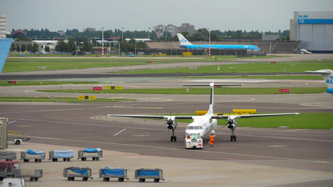 flyBe Bombardier Dash 8 Q400 towing before departure ビデオ