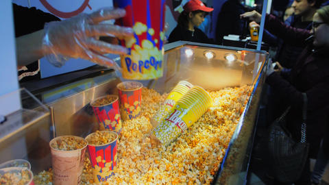 seller gives popcorn to client in fastfood cafe slow motion Archivo