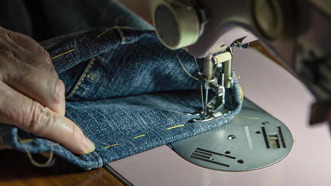Sewing machine in action 2 ビデオ