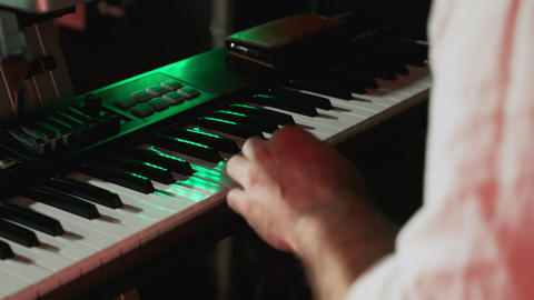 Playing the electronic piano close-up. Male hands play music on the piano at a ビデオ