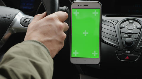 Smartphone with green screen on the dashboard ビデオ