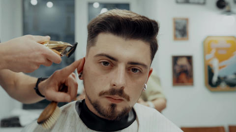 Man Getting A Haircut From A Barber ビデオ