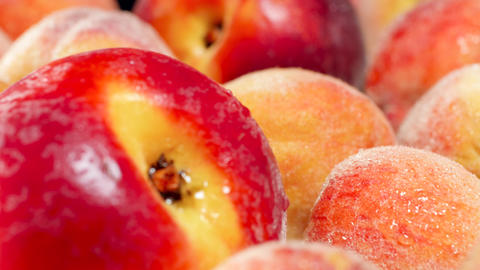 4k dolly video of ripe peaches and nectarins covered with water droplets or dew Archivo