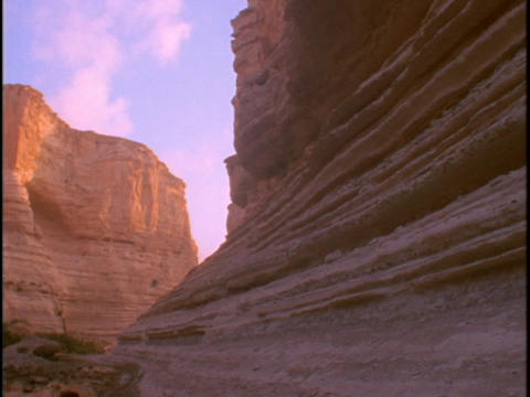 A cliff face jets upward from a desert Stock Video Footage