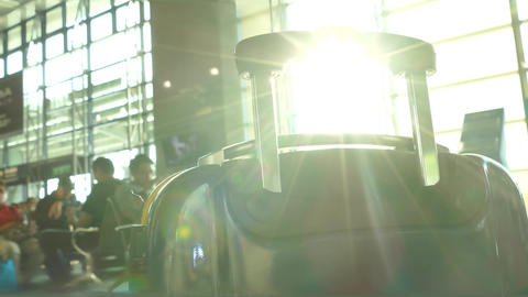Lens flare through luggage handle, defocused passengers in background Live影片