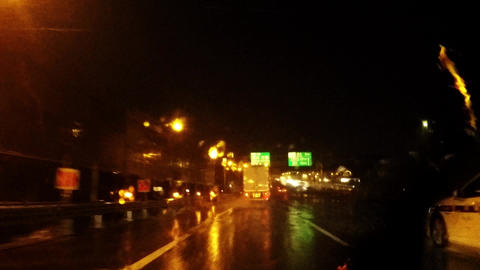 Operation of bad weather/雨の高速道路。 ビデオ