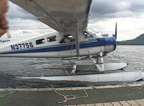 A float plane taxiing to the dock Stock Video Footage