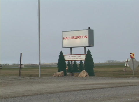 Zoom-in on a Halliburton sign Stock Video Footage