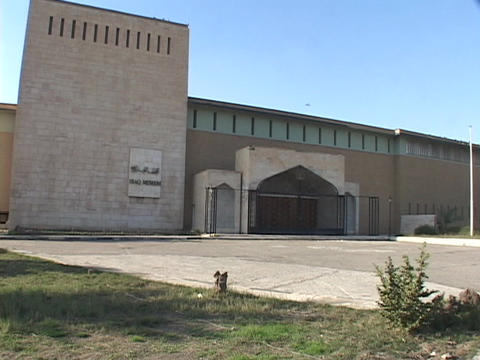 A gate blocks the entrance to the Iraqi National Museum... Stock Video Footage