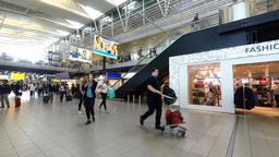 Time lapse - Schiphol airport, departures terminal main hall with travelers pass Filmmaterial