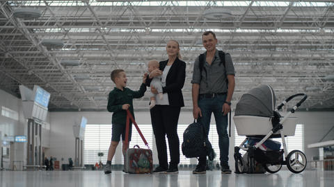Happy family with two kids at the airport Acción en vivo