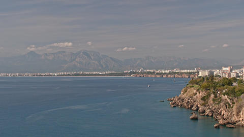 Timelapse of picturesque seascape with mountains and city coast of Antalya Acción en vivo