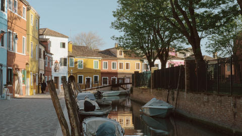 Street with canal and coloured houses in Burano island, Italy Acción en vivo