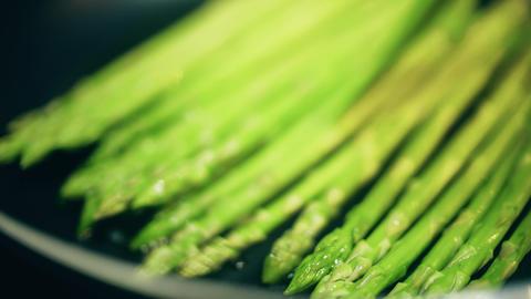 Roasting green asparagus on the frying pan, macro shot ライブ動画