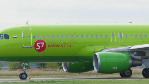 S7 Airbus 320 taxiing Footage