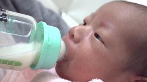 生まれたての赤ちゃん・ミルクを飲む新生児 生後1週間 ライブ動画