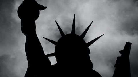 The Statue Of Liberty Of New York City Against Time Lapse Clouds Acción en vivo