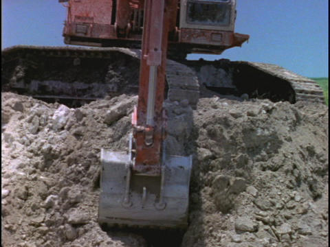 A steam shovel scoops and dumps dirt at a construction site Stock Video Footage