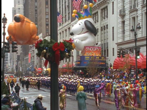 Snoopy and Garfield balloons float in the Macys... Stock Video Footage