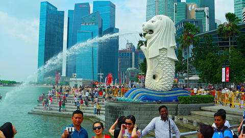 Crowds of tourists viewing and photographing the Singapore Merlion Fountain Archivo