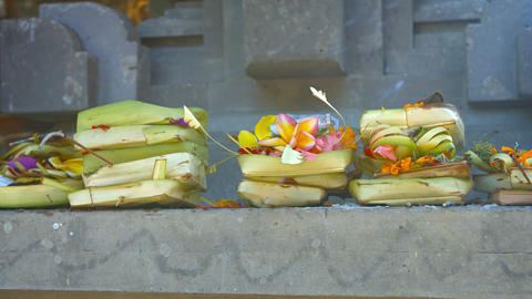 Offerings to Hindu Gods at Tirta Empul Temple in Bali. Indonesia Archivo