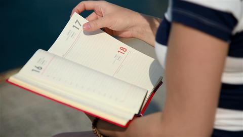 Girl Holding Blank Diary Filmmaterial