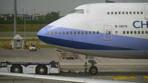 China Airlines Boeing 747 towing Live Action