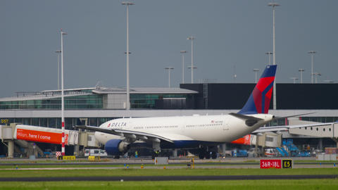 Delta Airlines Airbus 330 taxiing Live Action