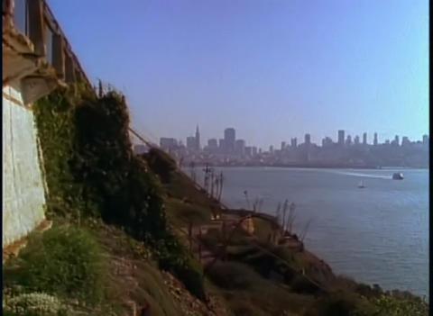 Alcatraz prison with the San Francisco skyline dis Stock Video Footage