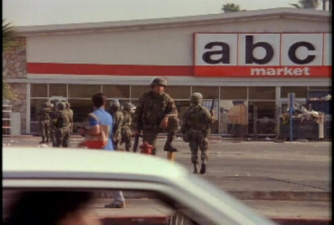 National Guard troops guard stores from looting du Stock Video Footage