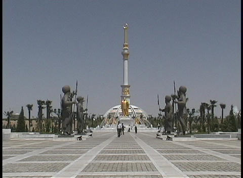 People walk near the magnificent Monument of Independence... Stock Video Footage