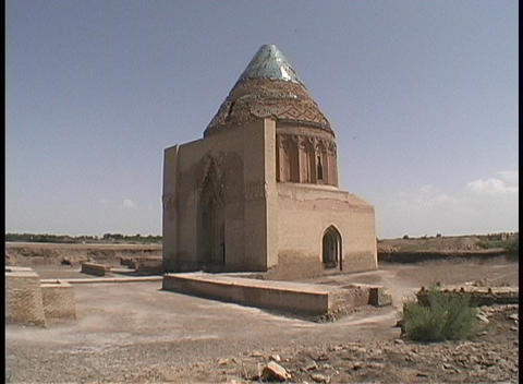 The Seljuk Tomb adorns the desert in Turkmenistan Stock Video Footage