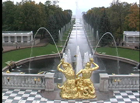 The golden statues of St. Petersburg Petrodvorets spray... Stock Video Footage
