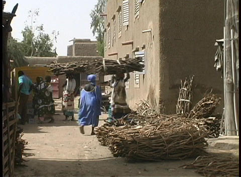 Vendors and shoppers prepare for market day in Djenne, Mali Stock Video Footage