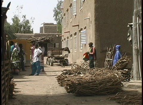 Vendors and shoppers prepare for market day in Djenne, Mali Footage