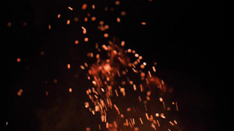 Flying sparks from the camp fire, at night Acción en vivo