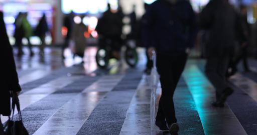 Walking people at the crossing in Shinjuku Tokyo rainy day at night ライブ動画