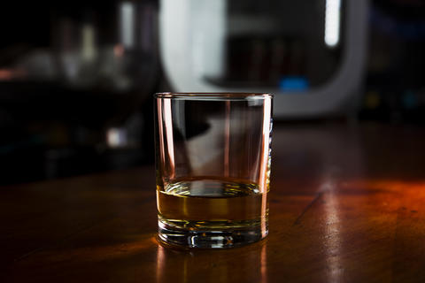Whiskey Served in a Bar On a Rustic Wooden Surface Fotografía